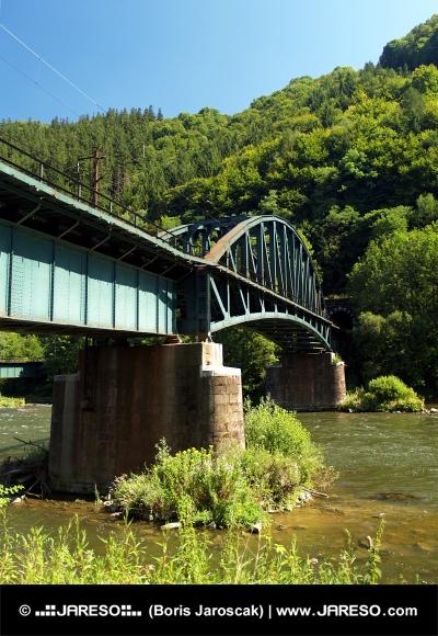 Železničný most a tunel pri Strečne