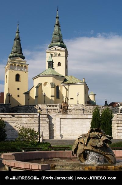 Kostol a fontána v Žiline