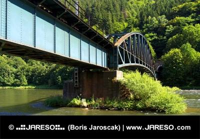 Železničný most nad riekou Váh pri Strečne