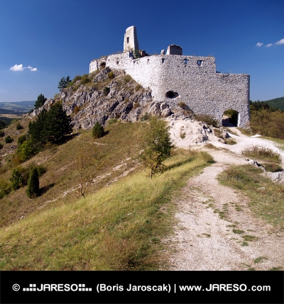 Ruiny Čachtického hradu na skalnatom kopci