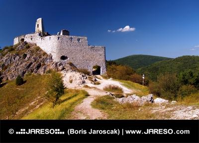 Pestrofarebný pohľad na vstup do Čachtického hradu