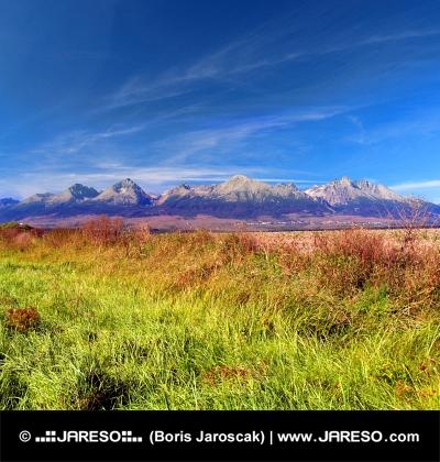 Pestrofarebný pohľad na vrcholky Vysokých Tatier v diaľke