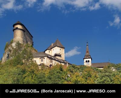 Oravský hrad na skale medzi stromami
