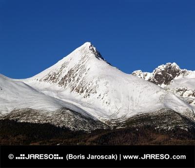 Majestátny vrchol Kriváň počas zimy