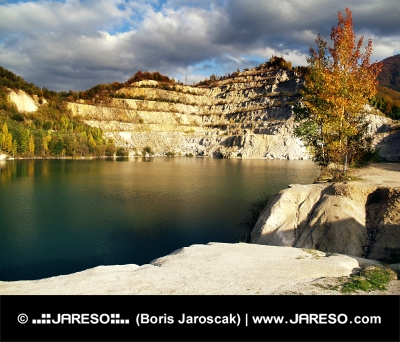 Jesenný pohľad na Šútovské jazero