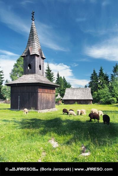Drevená zvonica v skanzene Pribylina