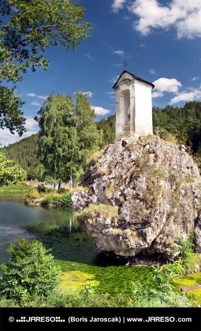 Kaplnka na skale
