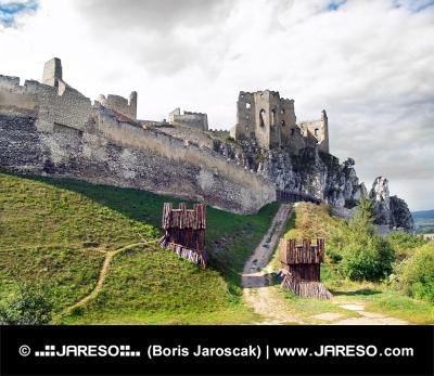 Masívne opevnenie hradu Beckov