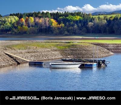 Malé člny a brehu jazera Liptovská Mara
