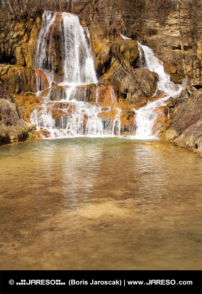 Vodopád plný minerálov v obci Lúčky, Slovensko