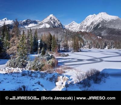 Zamrznuté Štrbské Pleso vo Vysokých Tatrách v zime