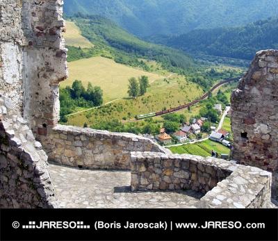 Letný pohľad z hradu Strečno