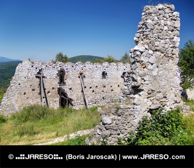 Zničené opevnenie Čachtického hradu