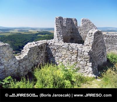 Zničené múry Čachtického hradu počas leta
