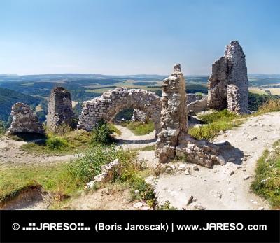 Zničené vnútorné steny Čachtického hradu