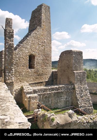 Najstaršie časti opevnenia Beckovského hradu