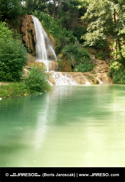 Jazierko s mohutným vodopádom