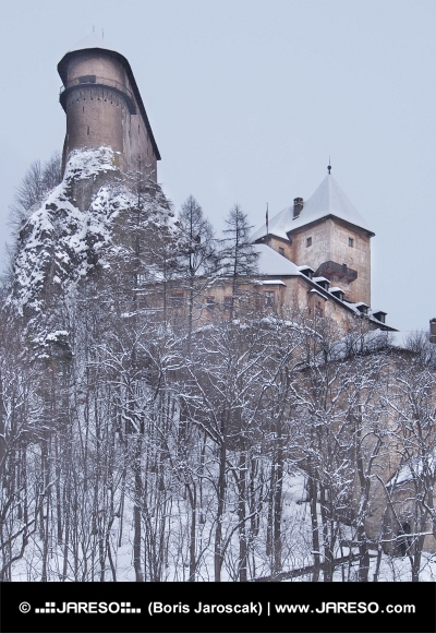 Vzácny pohľad na Oravský hrad v zime