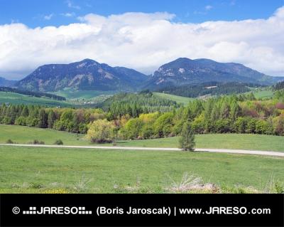 Krajina okolo Bobrovníka s kopcami Pravnáč a Lômy