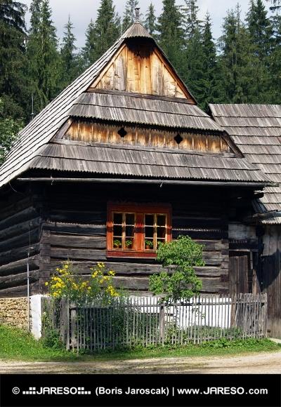 Drevený ľudový dom v múzeu Zuberec