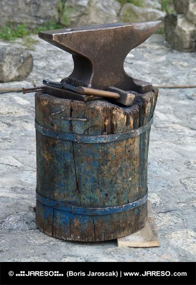 Starodávna nákova a kováčske náradie