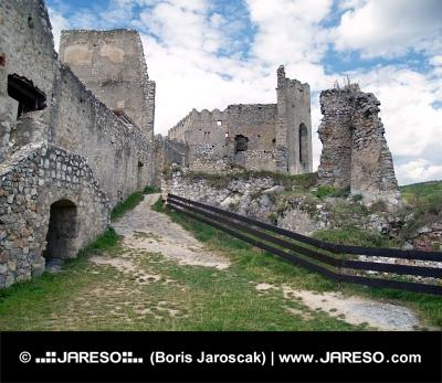 Vnútri zrúcaniny hradu Beckov