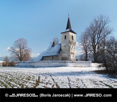 Zimný pohľad na kostol Všetkých svätých v Ludrovej