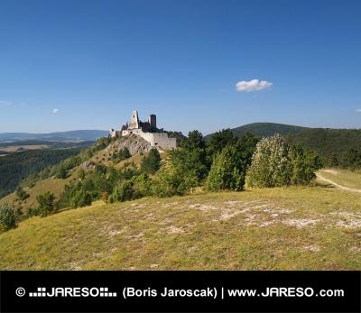 Čachtický hrad na kopci v diaľke