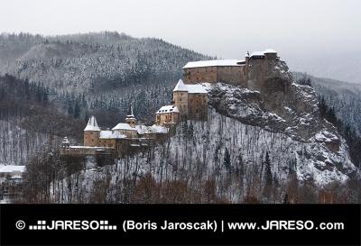 Všetky budovy Oravského hradu počas zimy