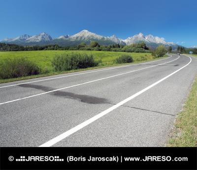 Hlavná cesta vedúcej do Vysokých Tatier v lete