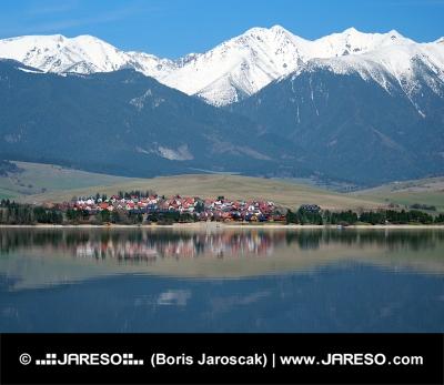 Malá dedina pod obrovskými horami