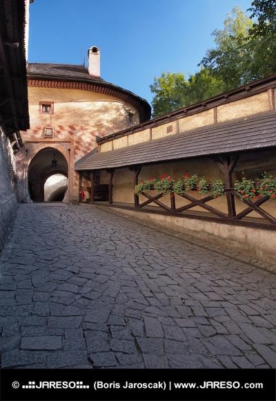 Brána vedúca na nádvorie Oravského hradu