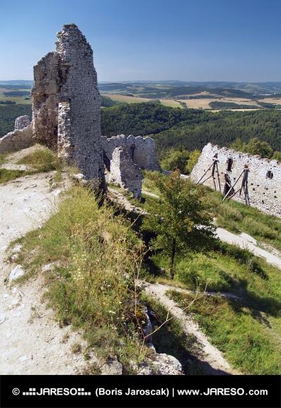 Výhľad zo zrúcaniny Čachtického zámku