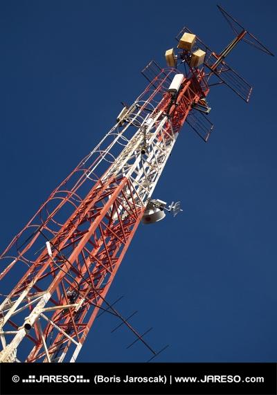 Červeno biely rádiový vykrývač na pozadí s modrou oblohou