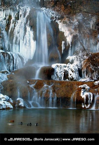 Vodopád v obci Lúčky počas zimy