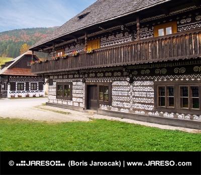 Unikátne ľudové domy v obci Čičmany na Slovensku