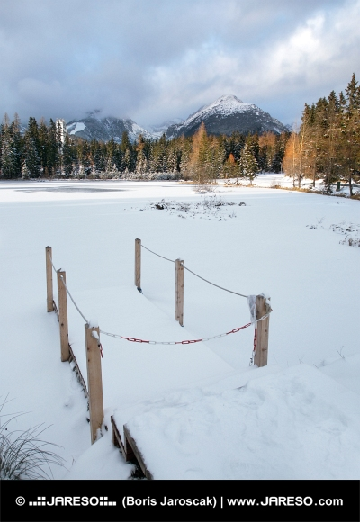 Zamrznuté Nové Štrbské Pleso vo Vysokých Tatrách