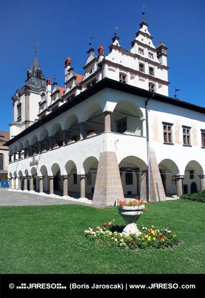 Radnica a kvety v Levoči na východnom Slovensku