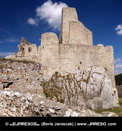 Hrad Beckov na masívnej skale