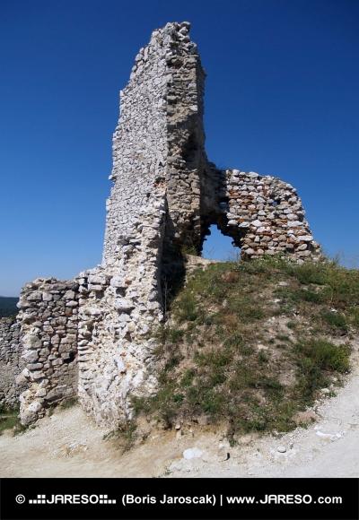 Zrúcanina veže na Čachtickom hrade