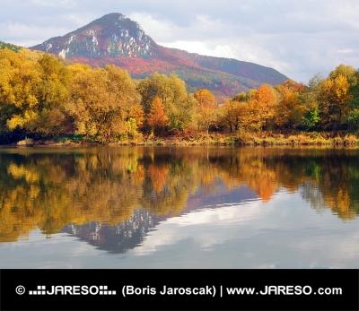 Pohorie Šípskej Fatry a rieka Váh na jeseň