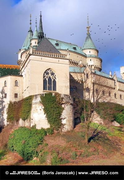 Kaplnka Bojnického zámku na jeseň