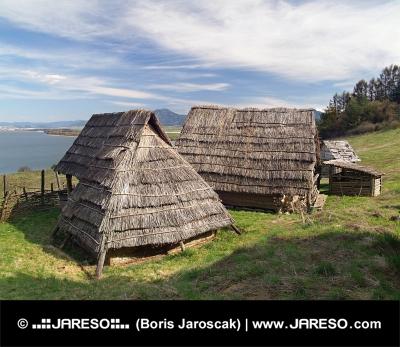 Keltské domy v archeoskanzene Havránok na Slovensku