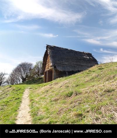 Autentické keltské obydlia v archeoskanzene Havránok na Slovensku
