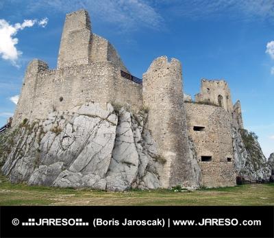 Vnútorné nádvorie a zrúcanina hradu Beckov